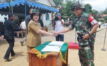 Wakil Bupati Barsel Satya Titiek Atyani Djoedir bersalaman dengan Dandim 1012/Buntok Kolonel Inf Didik Purwanto pada pembukaan TMMD ke-100 di Desa Patas II, Kecamatan Gunung Bintang Awai, Rabu (27/9/2017).