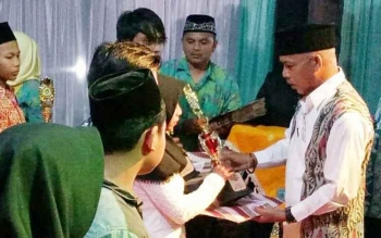 Ketua DPD Lasqi Lamandau, H. Tommy Hermal Ibrahim, saat menyerahkan trofi kepada sejumlah pemenang lomba pada penutupan FSQ IV tingkat kabupaten Lamandau tahun 2017, Selasa (26/9/2017) malam.