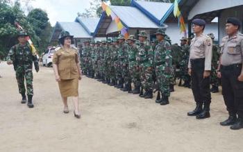 Wakil Bupati Barito Selatan Satya Titiek Atyani Djoedir bersama pimpinan upacara memeriksa kesiapan pasukan pada apel pembukaan TMMD ke-100 di Desa Patas II, Kecamatan Bintang Awai, Rabu (27/9/2017).