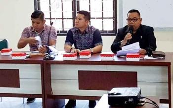 Kepala Dinas PUPR Barito Utara, H Feri Kusmiadi didampingi petugas TP4D dari Kejaksaan Negeri Muara Teweh saat membuka rapat evaluasi pengendalian kegiatan fisik proyek