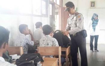 Kapolsek Kapuas Kuala AKP Juhri Muhammad saat memeriksa tas para pelajar SMPN 1 Kapuas Kuala