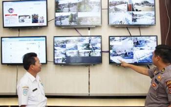 Kepala Dinas Perhubungan Fadliannor saat memantau arus lalu lintas bersama Kabag Ops Polres Kotim Kompol M Ali Akbar melalui layar tv.