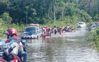 Ruas jalan Kuala Kurun - Tewah yang terendam banjir.
