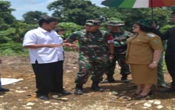 Kepala Desa Patas II Kurnendi menjelaskan kepada Bupati Barsel dan Dandim 1012 Buntok
