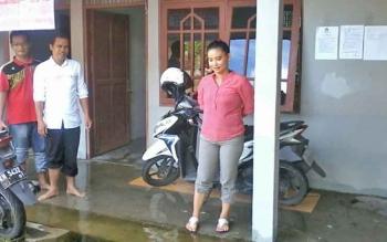 Anggota Panwaslu Kabupaten Katingan, Wahyuni (kiri) dan Anita Fransiska saat berada di eks Kantor Satpol PP Katingan, beberapa waktu lalu.