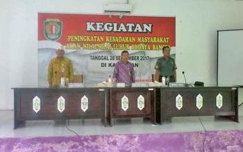 Kepala Badan Kesbangpol Katingan Achmad Munthu (kiri) bersama Sekda Nikodemus (tengah) dan Perwira Penghubung 1015/Kodim Sampit saat menghadiri pembukaan kegiatan peningkatan kesadaran masyarakat, Kamis (28/9/2017).