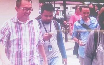 Kepala Dinas Peternakan dan Kesehatan Hewan Rosihan Pribadi (berkacamata) saat keluar dari Kantor Kejaksaan Pangkalan Bun.