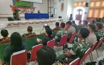 Wakil Bupati Gunung Mas Rony Karlos menyampaikan sambutan saat membuka pertemuan untuk meningkatkan kepekaan dan kepedulian terhadap lingkungan di GPU Damang Batu, Kuala Kurun, Kamis (28/9/2017).