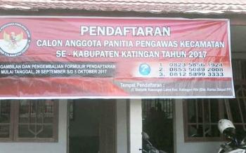 Spanduk pendaftaran anggota Panwas Kecamatan terpampang di halaman Kantor Sekretariat Panwaslu Katingan, Kamis (28/9/2017).
