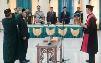 Ketua PN Pangkalan Bun, A.A.GD. Agung Parnata, SH, C.N saat mengambil sumpah dan janji Wakil Ketua II DPRD Lamandau, Martinus Maka, di Gedung DPRD Lamandau, Kamis (28/9/2017)
