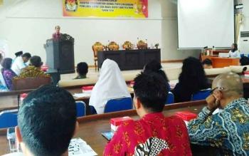 Ketua KPU Barito Utara, H Alamsyah saat memberikan sambutan apda pembukaan soialiasi tahapan program dan jadwal penyelenggaraan pemilihan Bupati dan wakil bupati 2018, Kamis (28/9/2017)