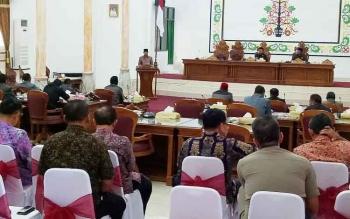 Wakil Bupati Sukamara, Windu Subagio saat menyampaikan Raperda di DPRD,