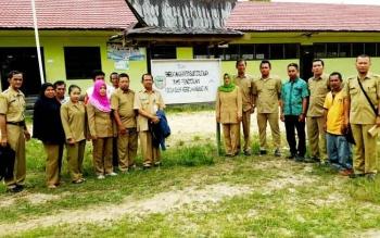 Kepala Dinas Pendidikan Barito Utara, Masdulhaq berserta jajarannya saat melakukan sidak ke SDN 1 Haragandang, Kecamatan Lahei