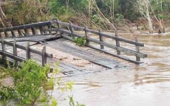 Jembatan Konjoi di jalan Kuala Kurun-Desa Tumbang Miwan, Kabupaten Gunung Mas hanyut tersapu air