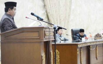 Anggota DPRD Barito Utara, Sunario saat membacakan pemandangan akhir fraksi PDI pada sidang paripurn