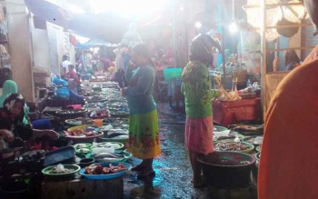 Jalan lorong dalam pasar yang seharusnya steril justruk digunakan tempat menjajakan dagangan oleh pedagang ikan.