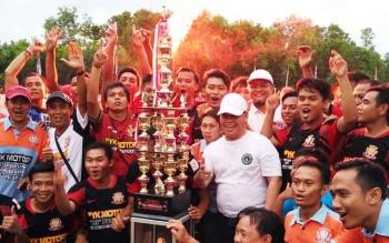 PLT Sekda Kotim Halikinnor yang juga Ketua KONI Kotim bersama Harimau Campa Baamang yang menjadi berhasil menjadi kampiun Piala Kemerdekaan antar Kecamatan 2017.
