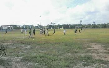Perebutan peringkat ketiga cabang olehraga sepak bola antara tim Kecamatan Katingan Kuala melawan Kecamatan Kamipang dimenangkan Kamipang dengan skor telak 0-5 di Lapangan Sport Center, Kasongan, Jumat (29/9/2017) pagi.