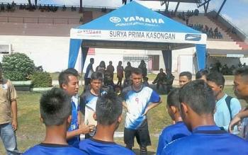 Kesebelasan Kecamatan Tewang Sanggalang Garing (TSG) saat mendapat pengarahan dari pelatih sebelum bertanding, Jumat (29/9/2017).