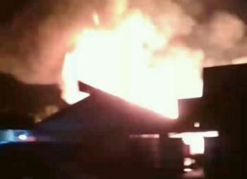 Api berkobar membakar Hotel Seroja di Jalan Seroja, Kecamatan Selat, Kabupaten Kapuas, Jumat (29/9/2017) dini hari.