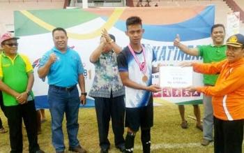 Sekda Katingan Nikodemus menyerahkan hadiah uang pembinaan kepada perwakilan pemain Kecamatan TSG yang menjadi juara cabang sepakbola, Jumat (29/9/2017).