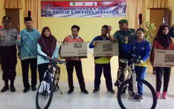 Wakil Bupati Sukamara, Windu Subagio dan perwira penhubung Kodim 1014 Pangkalan Bun, Mayor Inf Supriyanto bersama siswa penerima hadiah.