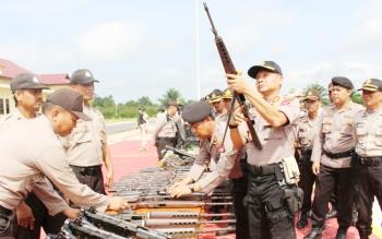 Kapolres Barsel AKBP Yussak Angga sedang memeriksa senjata