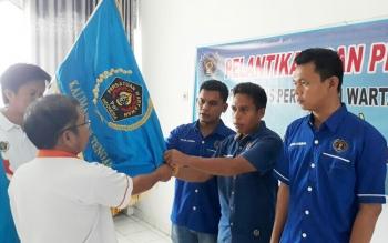 Ketua PWI Kalteng, Sutransyah, saat melantik pengurus PWI Lamandau periode 2016-2017, di Kantor PWI Kalteng, Palangka Raya, Jumat (29/9/2017)