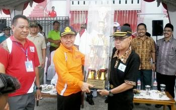 Sekda Katingan menyerahkan piala kepada kontingen Kecamatan Katingan Hilir yang menjadi juara umum diterima Camat Ardiansyah, Jumat (29/9/2017) sore ini