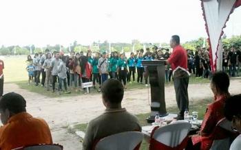 Ketua KONI Kabupaten Katingan Leda Almukhsid saat menyampaikan sambutan pada penutupan Porkab I, Jumat (29/9/2017) sore