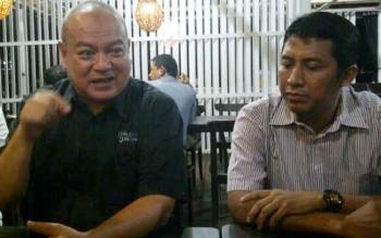 Kepala Kantor Wilayah Kalimantan Bagian Barat (Kalbagbar) Ir Azhar Rasyidi kaos hitam saat diwawancarai wartawan ketika datang ke Sampit, Kotim.