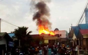 Sebuah rumah di Jalan Langsat, Kabupaten Barito Utara hangus terbakar, Jumat (29/9/2017)