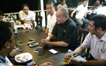 Kepala Kantor Wilayah Kalimantan Bagian Barat (Kalbagbar) Ir Azhar Rasyidi kaos hitam saat diwawancarak wartawan.