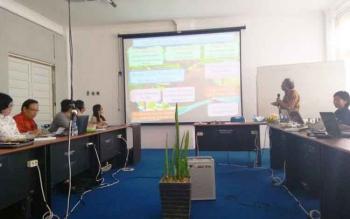 Profesor Osaki dan asistennya (sebelah kanan) hadir di Universitas Palangka Raya (UPR) pekan lalu saat membeberkan hasil penelitiannya tentang pengelolaan gambut di depan mahasiswa program doktoral (S3)