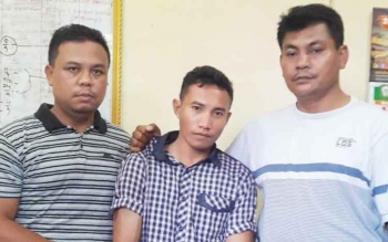 Kanit Reskrim Polsek Ipda Sriono bersama anggotanya mengampit tersangka pencuri televisi.