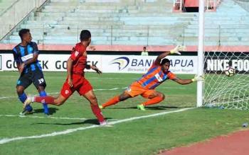 Pemain Kalteng Putra, Rifaldi Bawuo ketika mencetak gol.
