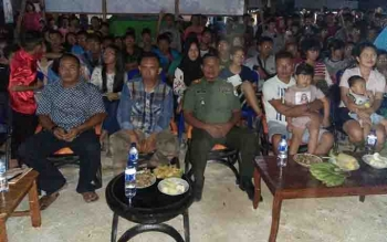 Danramil 1016-05 Tumbang Jutuh Kapten Inf Suradi bersama ratusan warga nobar film G 30 S PKI.