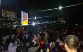 Ribuan warga memadati areal Kodim 1015 Sampit untuk nonton bareng film penghianatan G30S/PKI.