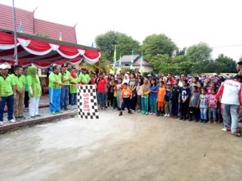 Bupati Sukamara Ahmad Dirman melepas peserta jalan sehat di halaman kantor Dinsos PMDPP-PA, Minggu (1/10/2017) pagi.