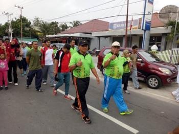 Bupati Sukamara Ahmad Dirman didampingi Wakapolres Kompol Rochmat Slamet mengikuti jalan sehat dalam rangka memperingati Hari Olahraga Nasional dan Hari Kesaktian Pancasila, Minggu (1/10/2017).