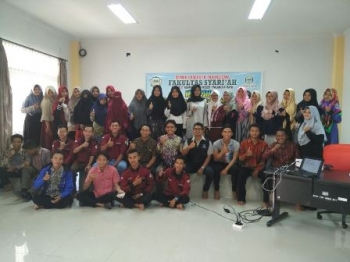 Pejabat Diskominfo Provinsi Kalteng Febrianto bersama peserta lokakarya bertema Ngaji Sosmed Cerdas Menangkal Hoax di Aula Fakultas Syariah, IAIN Palangka Raya, Sabtu (30/9/2017).