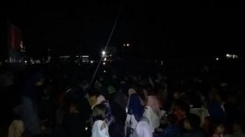Masyarakat Sampit, Kabupaten Kotawaringin Timur, menonton film G30S/PKI, Sabtu (30/9/2017) malam.