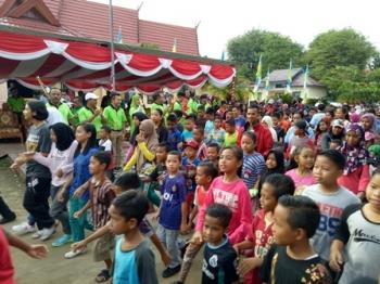 Masyarakat saat mengikuti jalan sehat berhadiah yang diselenggarakan Disporapar Kabupaten Sukamara, Minggu (1/10/2017).