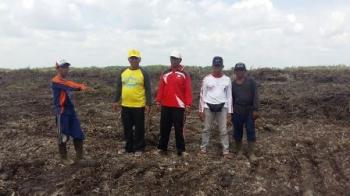 Ketua Komisi II DPRD Kabupaten Kotawaringin Timur Rudianur (baju kuning) saat memantau lokasi cetak sawah Kelompok Tani Lebang dan Rengga Makmur di Desa Ramban, Kecamatan Mentaya Hilir Utara, Minggu (1/10/2017).