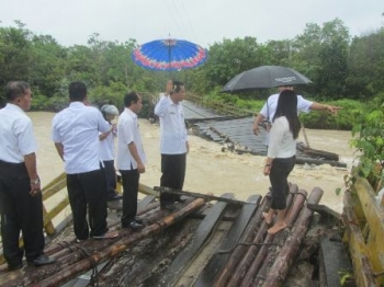 Jembatan Sungai Rawi yang nenghubungkan Desa Tumbang Miwan dan Desa Tewang Pajangan, Kecamatan Kurun, Kabupaten Gunung Mas, ambruk diterjang air sungai, beberapa hari lalu.