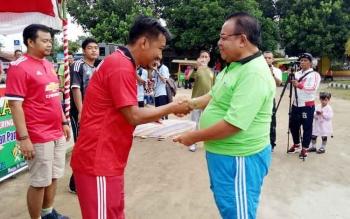 Bupati Sukamara, Ahmad Dirman saat memberikan bonus kepasa tim sepak bola Perssukma di kegiatan jalan sehat berhadiah.