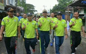 Wakil Bupati Barito Utara, Ompie Herby bersama Kapolres AKBP Tato Pamungkas Suyono, Sekda Jainal Abidin serta beberapa pejabat mengikuti jalan sehat