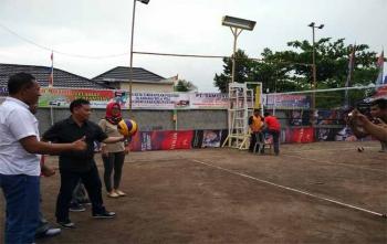 Ketua KONI Kotim Halikinnor didampingi Ketua Panitia Turnamen Voli Susilo dan Lurah Mentawa Baru Hilir Maya Anisa saat memberikan bola pertama kepada tim yang bertanding