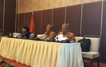 Ketua KPU Kota Palangka Raya, Eko Riadi (tengah) memimpin rapat sosialisasi dengan pengurus partai politik, Minggu (1/10/2017)
