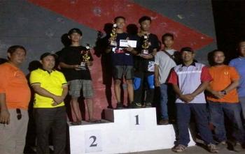 Para juara kategori usia 20 tahun umum putra foto bersama pengurus FPTI Katingan dan Kalteng seusai pembagian hadiah, Minggu (1/10/2017) malam